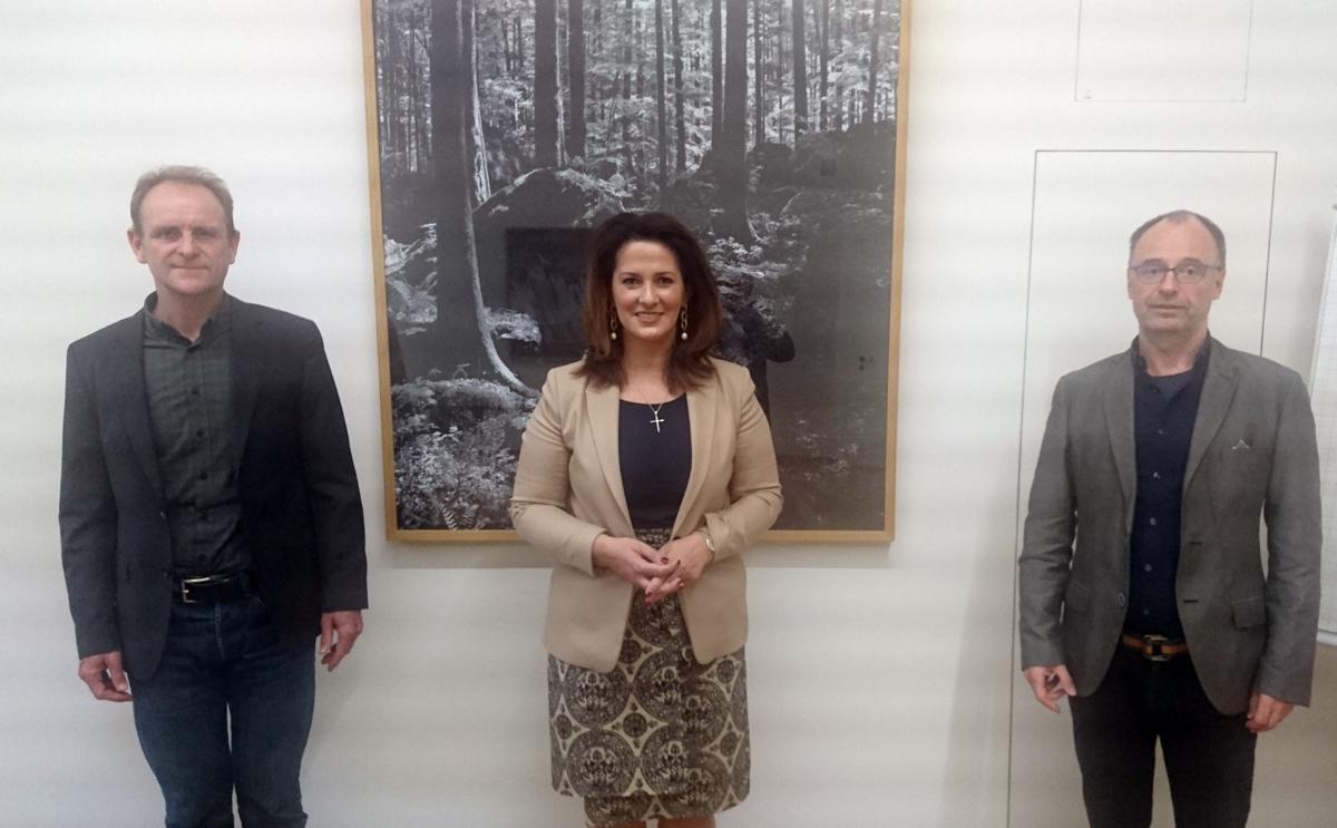 V. l.n.r.: Dr. Johannes Gnädinger, Ministerin Michaela Kaliber, Andreas Rockinger. Foto: Leonhard Rill